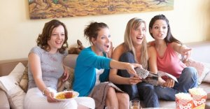 girls_friends_having_fun_watching_tv-eating